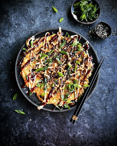"""Para unos """"pizza japonesa"""", para otros """"tortilla"""": así se cocinan los Okonomiyakis que has visto en Pinterest"""