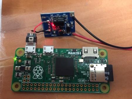 Mirad el tamaño minúsculo del circuito de regulación de voltaje, como referencia ved el tamaño de la microSD