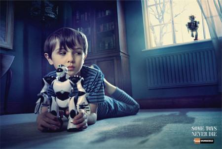 Campaña publicitaria en Singapur que muestra a juguetes del pasado funcionando aún gracias a sus pilas
