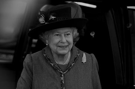 Explican crisis a la Reina Isabel