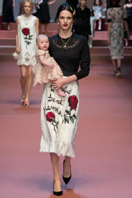 De madres a hijos, Dolce&Gabbana sube a los bebés a la pasarela
