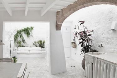 Antes y después: Una auténtica casa menorquina en tonos blancos y tierras
