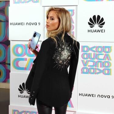 Ana Fernández nos acerca ya a la fiesta del fin de semana  con un look muy roquero como imagen del nuevo móvil Nova 9 de Huawei