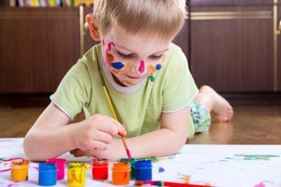 Atención a las pinturas de dedo: Consumo alerta por su toxicidad y muchos colegios suspenden su uso