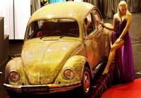 Volkswagen Beetle recubierto de oro