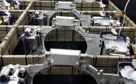 Así fabrican robots y humanos cámaras de fotos de 5000 euros
