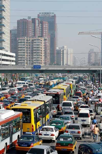 ¿Por qué construir más carreteras no mejora el tráfico?