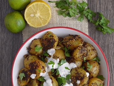 Ensalada de patata con semillas, especias y yogur. Receta