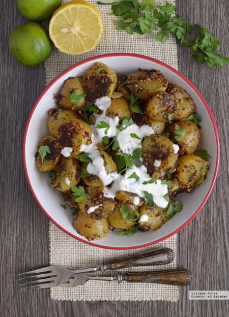 Ensalada templada de patatas con semillas, especias y yogur. Receta
