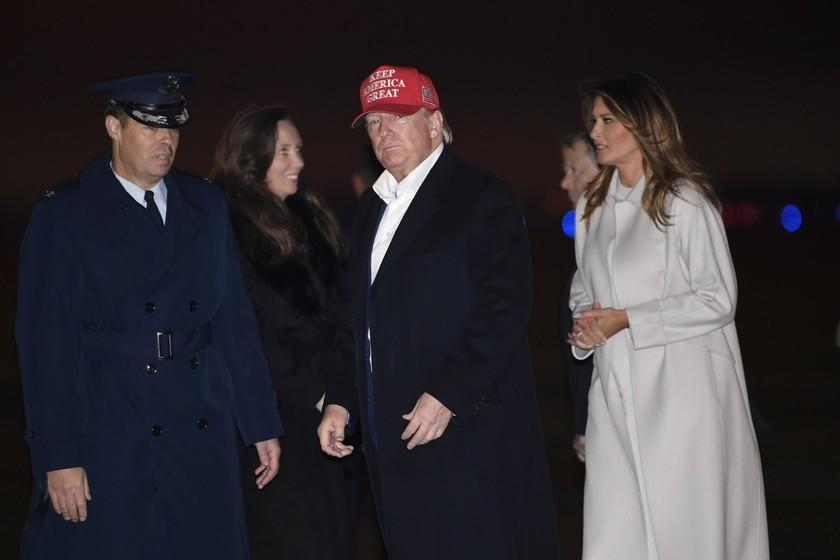 Melania Trump, de blanco radiante, da la bienvenida a la Navidad decorando a lo grande la Casa Blanca