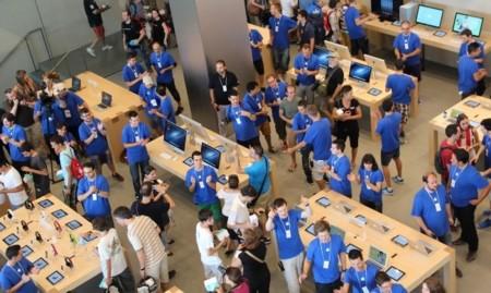 Tim Cook quiere que las Apple Store vendan más iPhones, pero eso no es tan fácil como parece