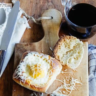 Huevo con jamón y queso cocido en pan. Receta para el desayuno