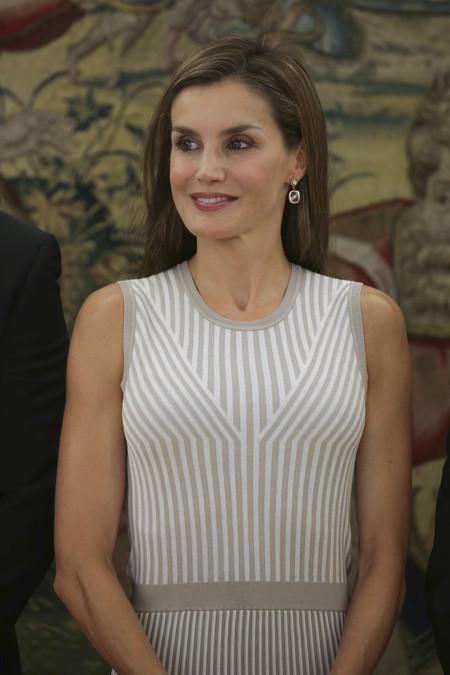 Doña Letizia vuelve 'al cole' repitiendo modelito