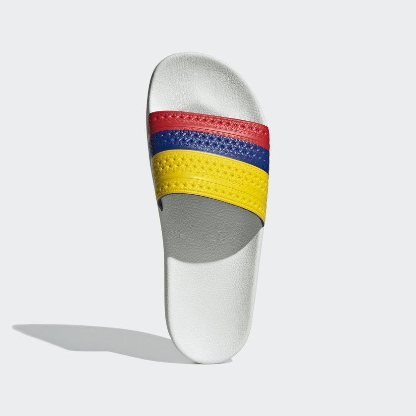Con bandera de Colombia.