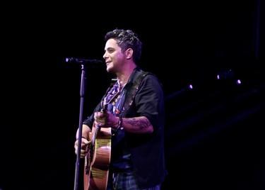 Alejandro Sanz se pone serio en pleno concierto