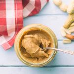 Esta es la mejor manera de conservar la mantequilla de cacahuete, tahini y cremas vegetales: el truco más fácil