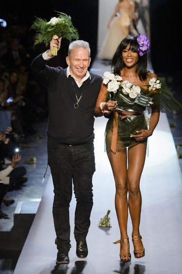"Naomi Campbell ""se casa"" con Gaultier durante su desfile Couture en París"