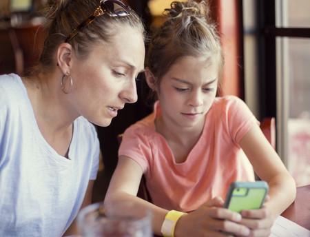 madre-enseñando-a-su-hija-a-llamar-por-teléfono