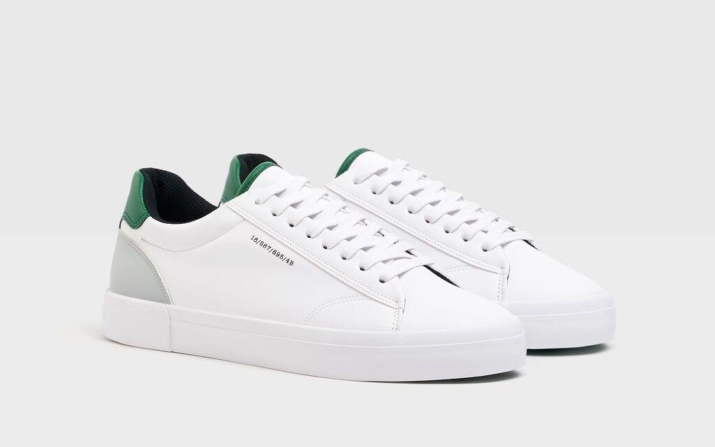Zapatilla en color blanco. Detalle de talón en color verde.
