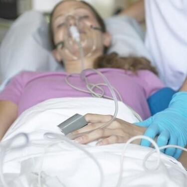 Una madre se reúne con su recién nacido después de pasar casi dos meses conectada a un respirador a causa de la Covid