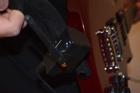 También podemos enganchar el transmisor a la correa de la guitarra