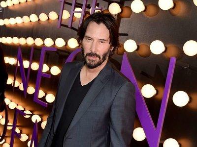 Como llevar un blazer con prácticamente cualquier cosa, cortesía de Keanu Reeves