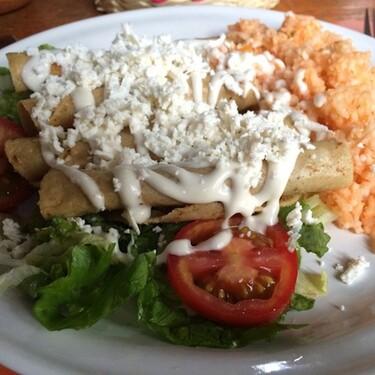 Tacos dorados de zanahoria con queso. Receta vegetariana fácil de la cocina mexicana