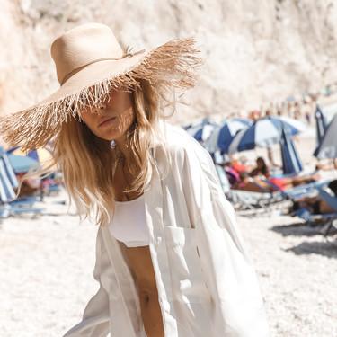 Este verano no te compliques para ir a la playa: este es el sencillo estilismo que funciona (a todas horas)
