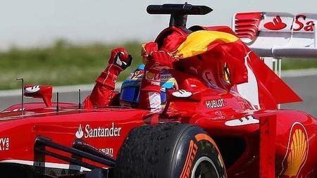 Fernando Alonso no es sancionado por recoger la bandera española