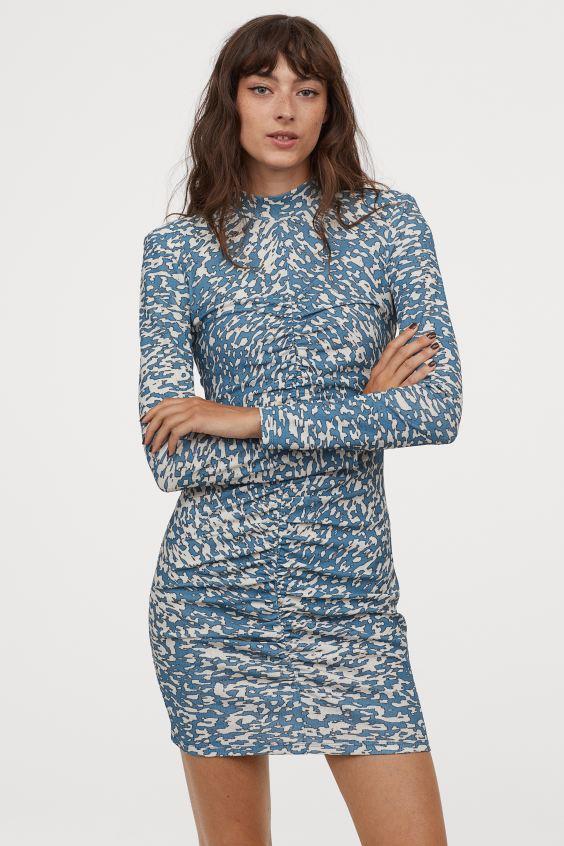 vestido drapeado estampado en tonos azules