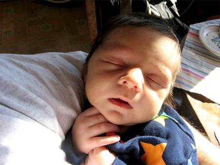 Esos bebés que al dormir buscan los límites corporales como en el útero