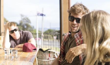 chico y chica hablando mientras su pareja mira