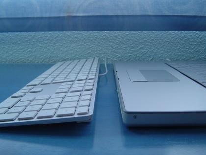 teclado y macbook pro lado.jpg