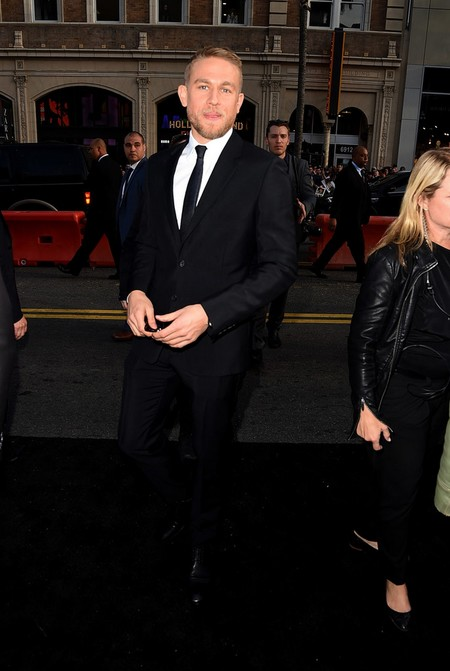 De Rigurosa Etiqueta Charlie Hunnam Estrena Su Cinta King Arthur En Hollywood 2