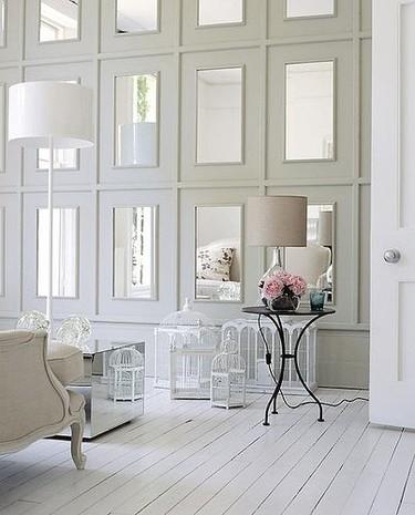 Una pared panelada con espejos