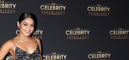 Vanessa Hudgens salva, por los pelos, este vestido negro con estampado floral blanco incluso con collar indescriptible incluído