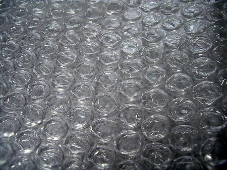 [Vídeo] Lo que pasa cuando haces estallar 7 metros de plástico de burbuja simultáneamente