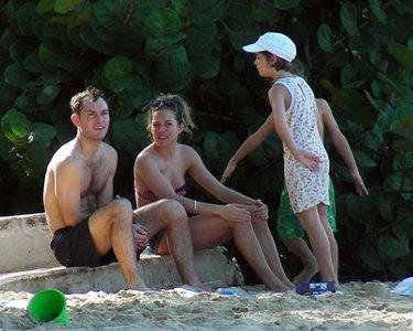 Sienna Miller y Jude Law se van de vacaciones a la playa por Navidad