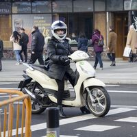 ¿Dónde puedo colocar la pegatina de la DGT en mi moto ahora que en Madrid será obligatoria?