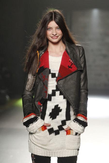 Cazadora de cuero y vestido de lana Desigual