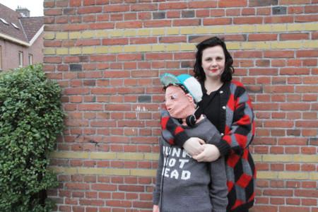 ¡Que locura! Su hijo ya no quiere que le abrace y ella se teje una versión achuchable de él