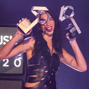 Dua Lipa gana dos premios en la gala de Los40 Music Awards 2020 y los recibe con un atrevido vestido cut out de cuero negro