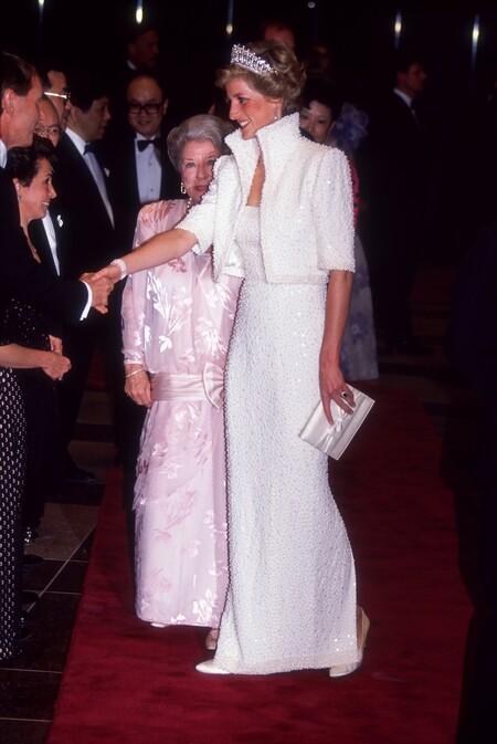 Princesa Diana Con El Elvis Dress De Catherine Walker En El Centro De Cultura De Hong Kong 1989https://www.trendencias.com/series-de-television/polemica-continua-the-crown-gobierno-britanico-quiere-que-netflix-aclare-que-serie-ficcion