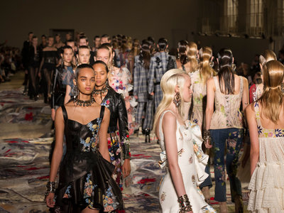 Alexander McQueen convierte a las protagonistas de los cuentos de hadas en princesas punk