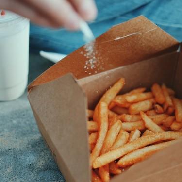 Las consecuencias de consumir sodio en exceso y cómo reducir su presencia en la dieta habitual