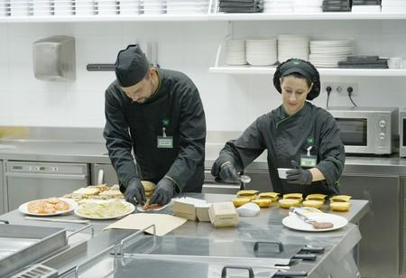 Elaboracion De Bocadillos Y Hamburguesas En El Centro De Coinnovacion De Listo Para Comer De Mercadona En Burjassot Valencia
