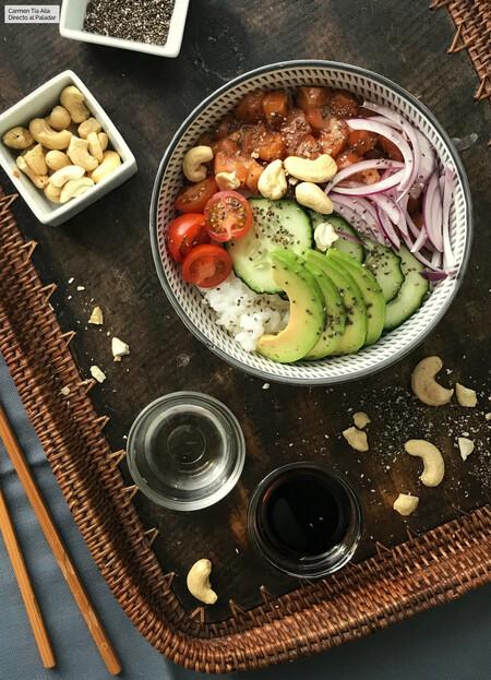 poke de arroz, salmón y aguacate