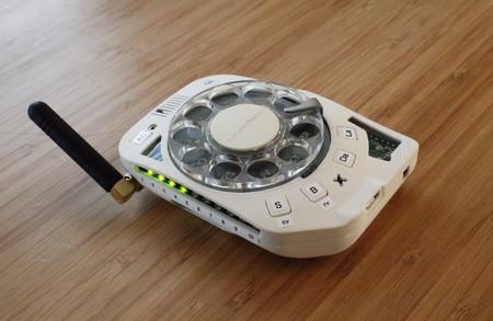 "Un teléfono ""táctil"" y de bolsillo con dial rotatorio: la excusa perfecta de esta ingeniera para no escribir mensajes de texto"