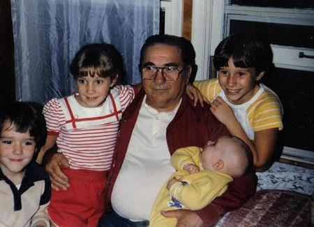 padre e hijos viendo televisión