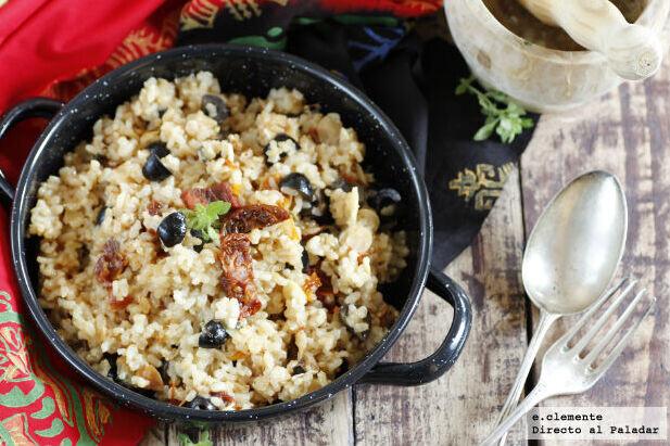 Receta de arroz integral con tomates secos, almendras y aceitunas, un plato versátil de guarnición o cena